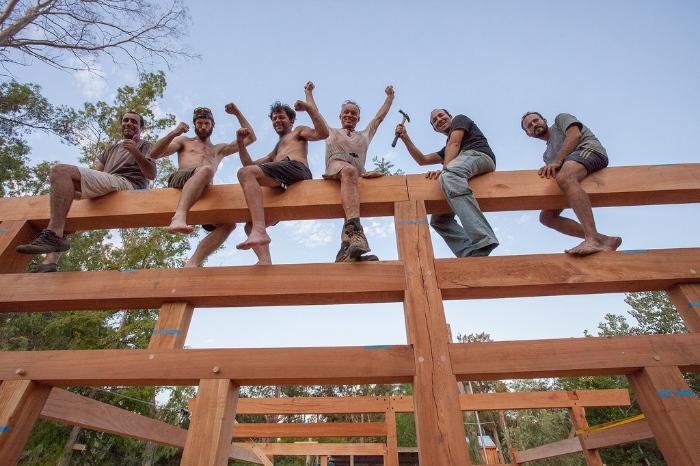 Poniendo la estructura de madera en pie